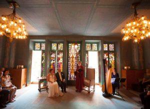 Bruiloftsharpiste Nanja Bakker speelt harmuziek tijdens huwelijksceremonie i