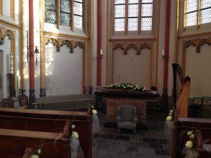 Bruiloftsharpiste Nanja Bakker speelt harp tijdens bruiloft in Cellebroederskapel, Maastricht