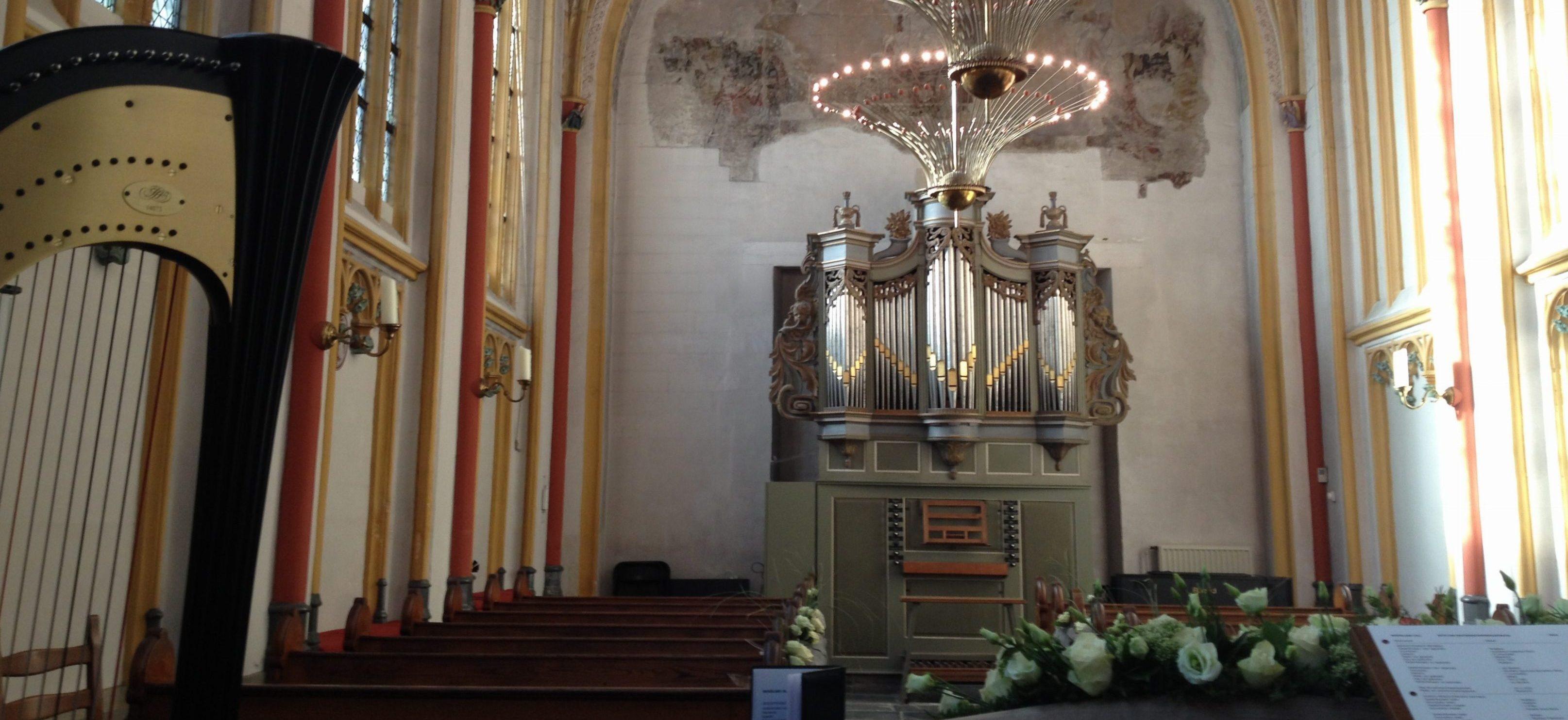 Bruiloft harpiste Nanja speelt tijdens ceremonie Cellebroederskapel Maastricht