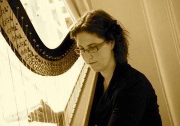 Harpiste speelt harpmuziek als achtergrond voor receptie, diner of feest